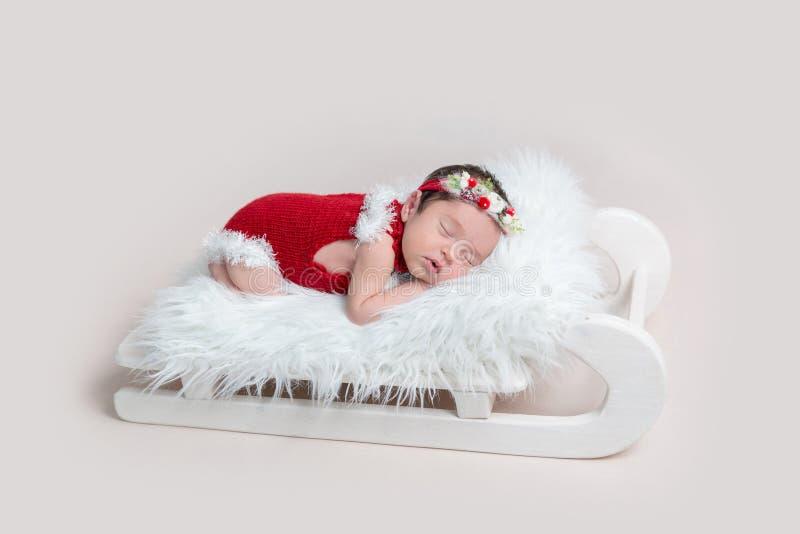 Menina recém-nascida bonita no romper do Natal imagens de stock