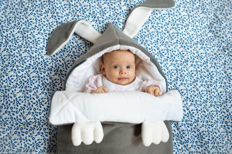 A menina recém-nascida está em tecidos bonitos imagens de stock royalty free