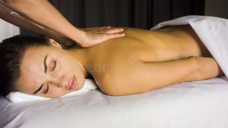 A menina recebe de volta a massagem foto de stock royalty free