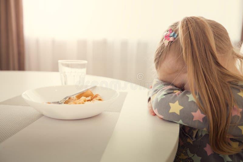 A menina recusa comer Tema dos difficultes da refeição da criança fotografia de stock