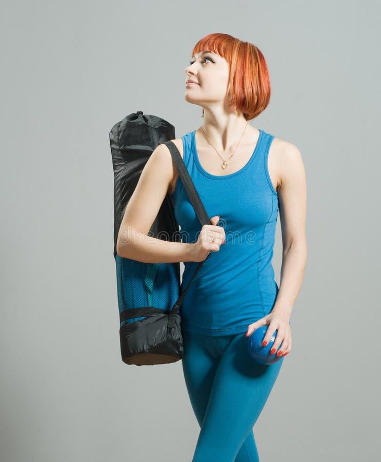 Menina Red-haired da aptidão com ioga fotos de stock royalty free