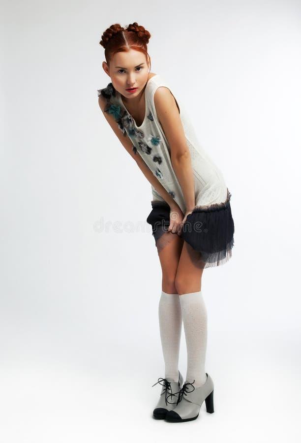 Menina redhaired asiática da forma que desgasta o vestido moderno imagem de stock royalty free