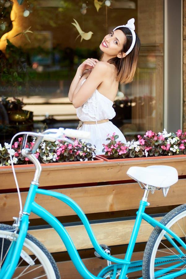 Menina refinada no terraço do café do verão com sorriso fotografia de stock royalty free