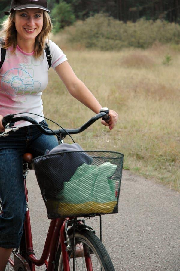 A menina relaxa biking imagem de stock