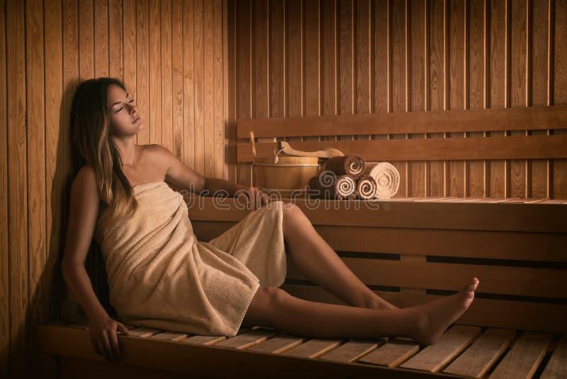 A menina relaxa em uma sauna fotos de stock royalty free