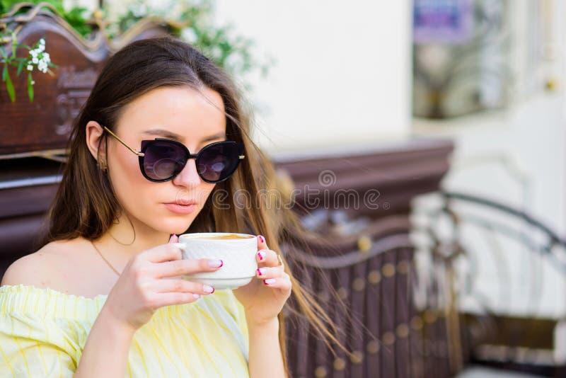 a menina relaxa no caf? Almo?o de neg?cio Caf? da manh? Data de espera Bom dia Tempo de caf? da manh? Forma do ver?o foto de stock