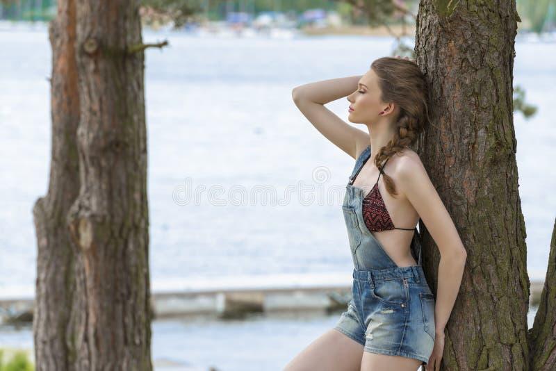 Menina relaxado na natureza imagem de stock