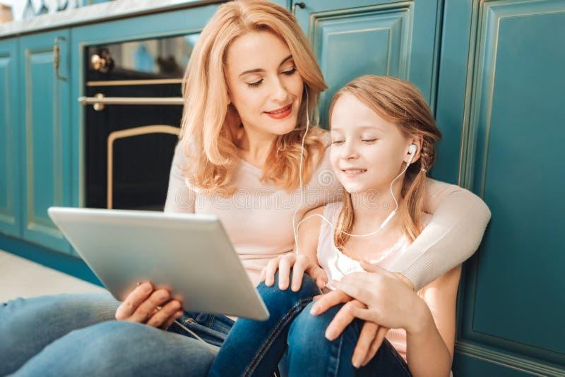 Menina relaxado que aprecia seu fim de semana com mamã imagem de stock royalty free