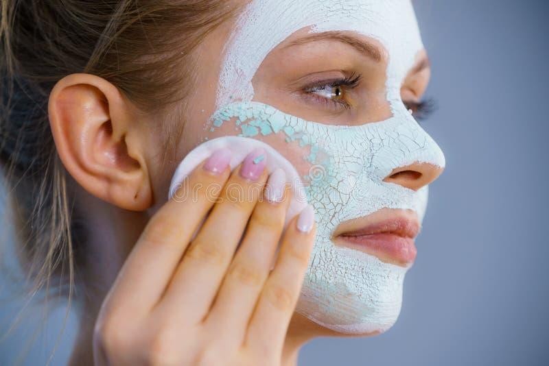 A menina remove a m?scara branca seca da lama imagem de stock royalty free