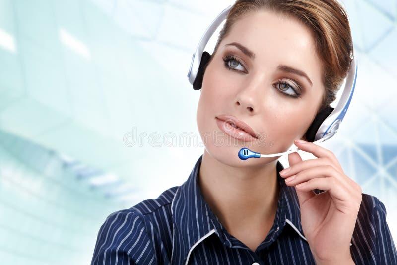 Menina representativa do cliente com auriculares imagem de stock royalty free