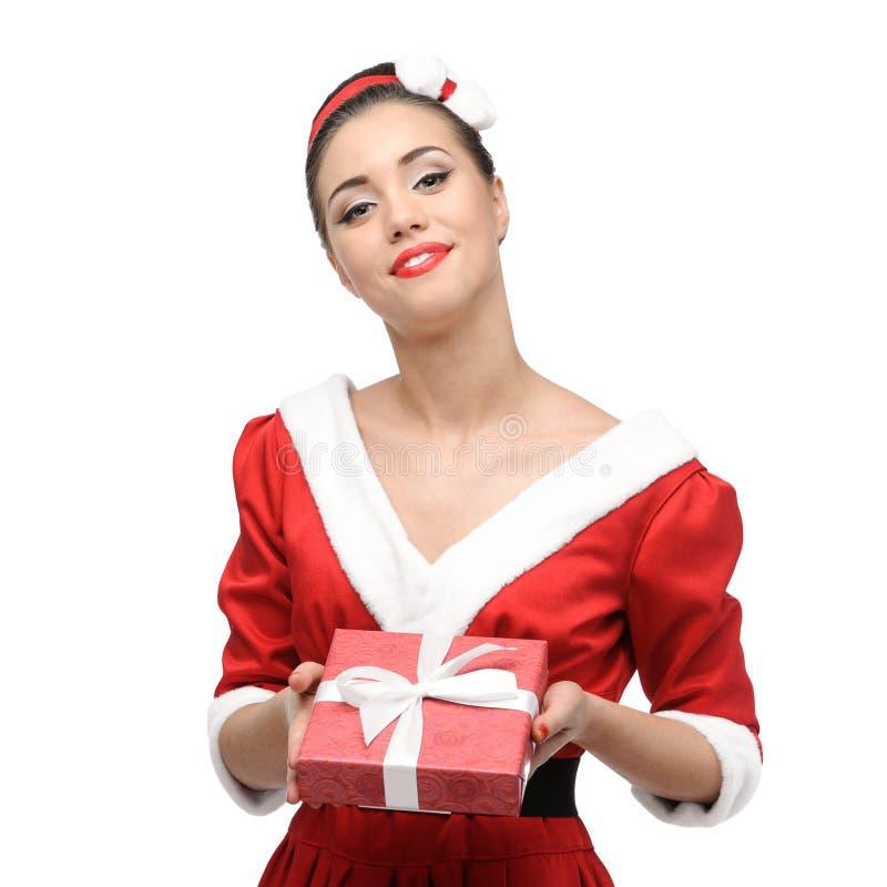Menina retro alegre que guarda o presente do Natal imagem de stock