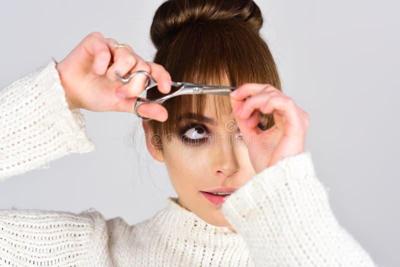 Menina retro com composição elegante na cara Cabeleireiro com tesouras Olhar da forma e conceito da beleza Mulher na moda com imagens de stock royalty free