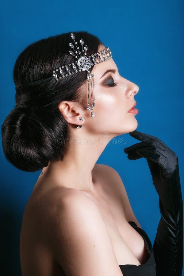 Menina retro do modelo de forma da beleza sobre o fundo azul Retrato da mulher do estilo do vintage imagens de stock royalty free