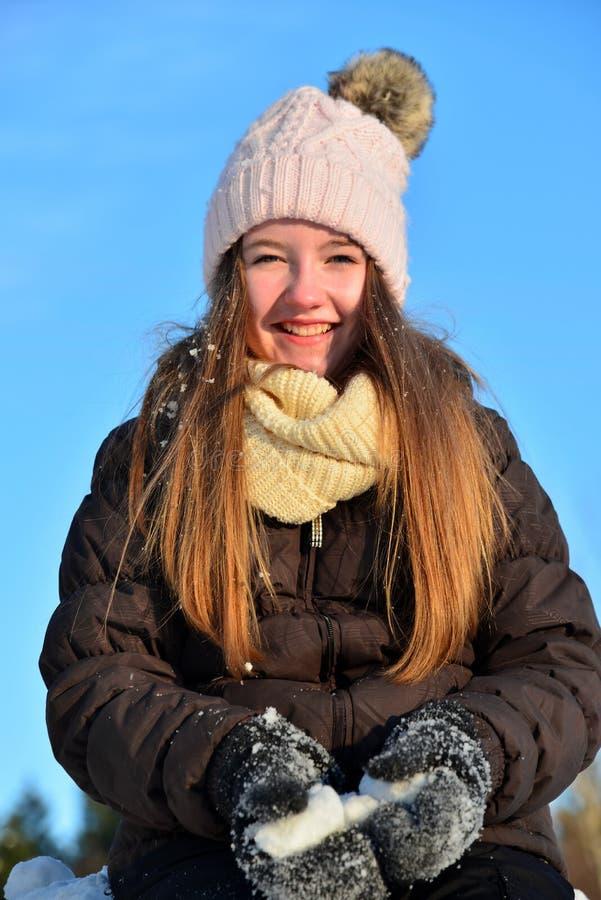 A menina ri no inverno da neve imagens de stock