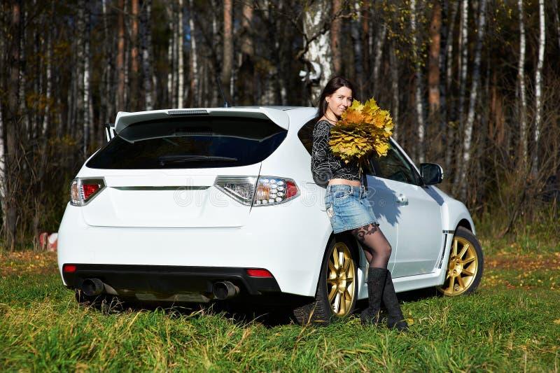 Menina romântica da beleza e carro moderno à moda branco foto de stock
