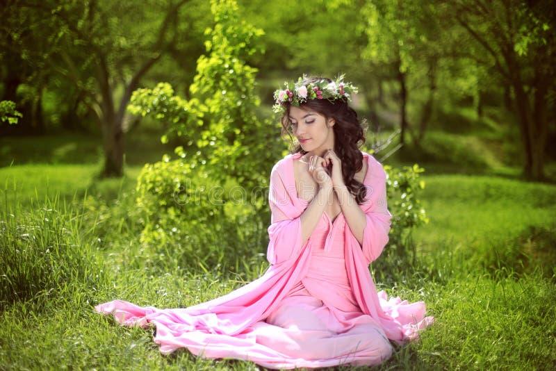 Menina romântica da beleza fora Menina modelo adolescente bonita com foto de stock royalty free
