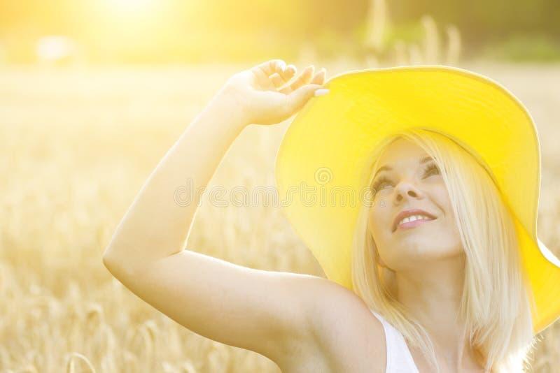 Menina romântica da beleza no campo de trigo fotografia de stock