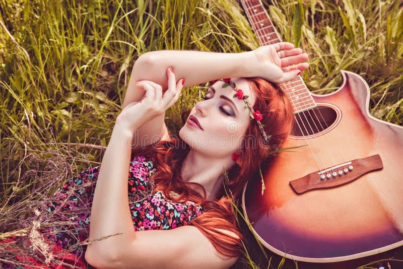 Menina romântica da juventude que viaja com sua guitarra fotografia de stock