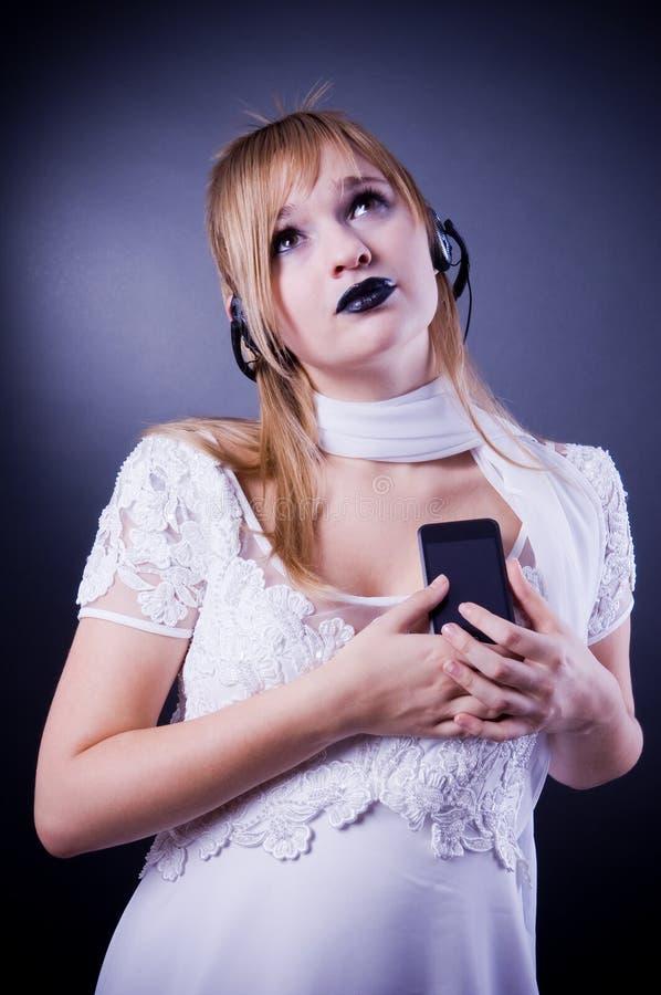 Menina romântica que escuta a música imagens de stock royalty free
