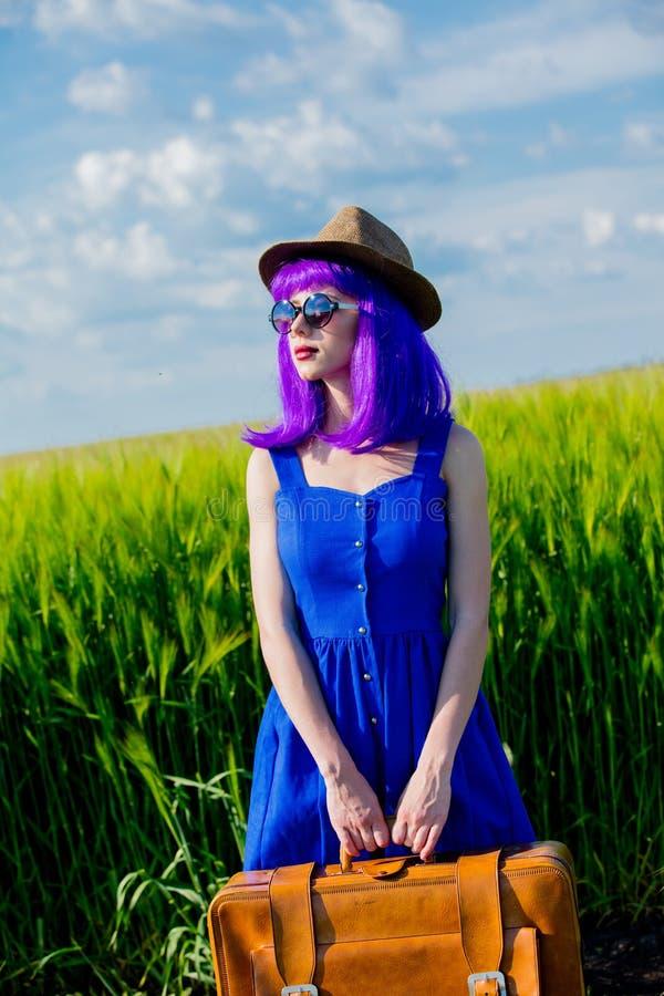 Menina roxa do cabelo de Beautfiul com mala de viagem foto de stock