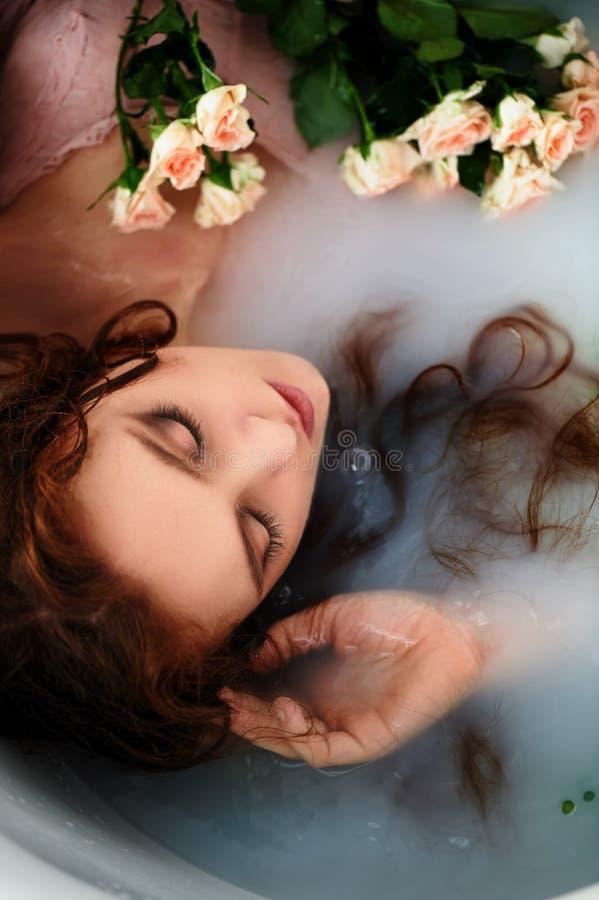 menina ruivo bonita com bonito Beleza natural, cor natural do cabelo Gengibre, em um banho do leite fotos de stock royalty free