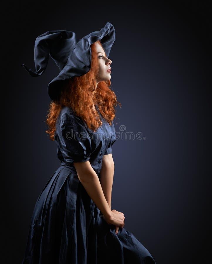 Menina ruivo bonita em uma bruxa do traje foto de stock royalty free