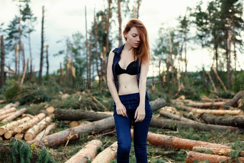 Menina ruivo bonita na floresta do pinho imagens de stock