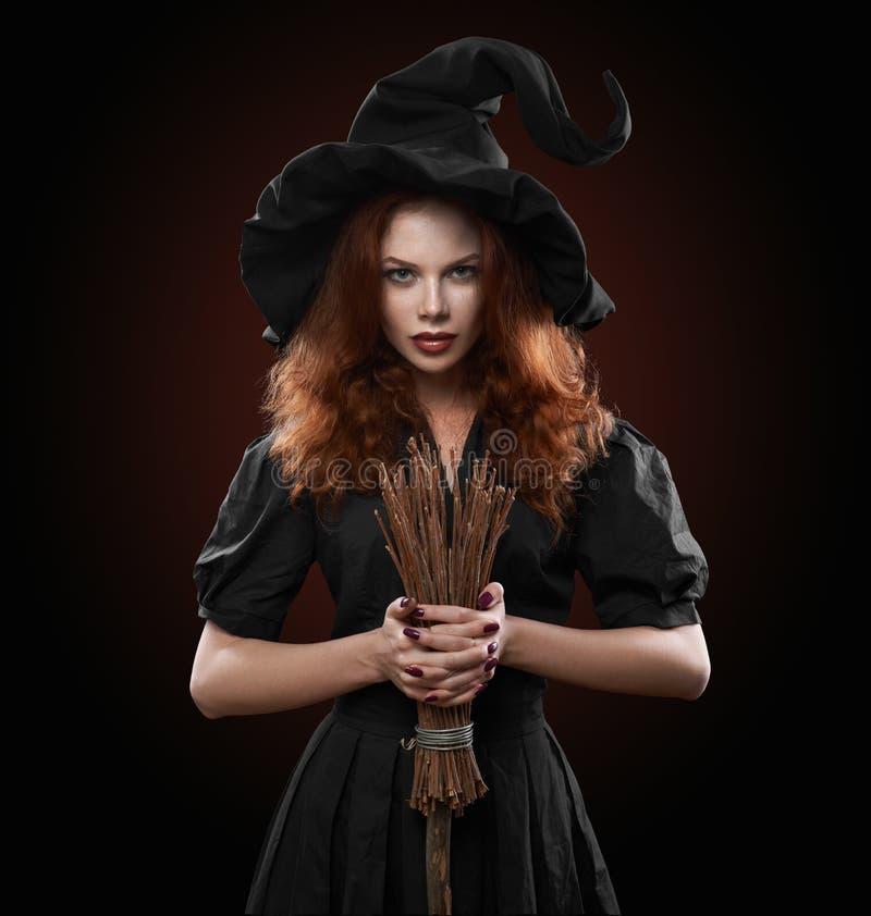 Menina ruivo bonita no traje da bruxa imagens de stock
