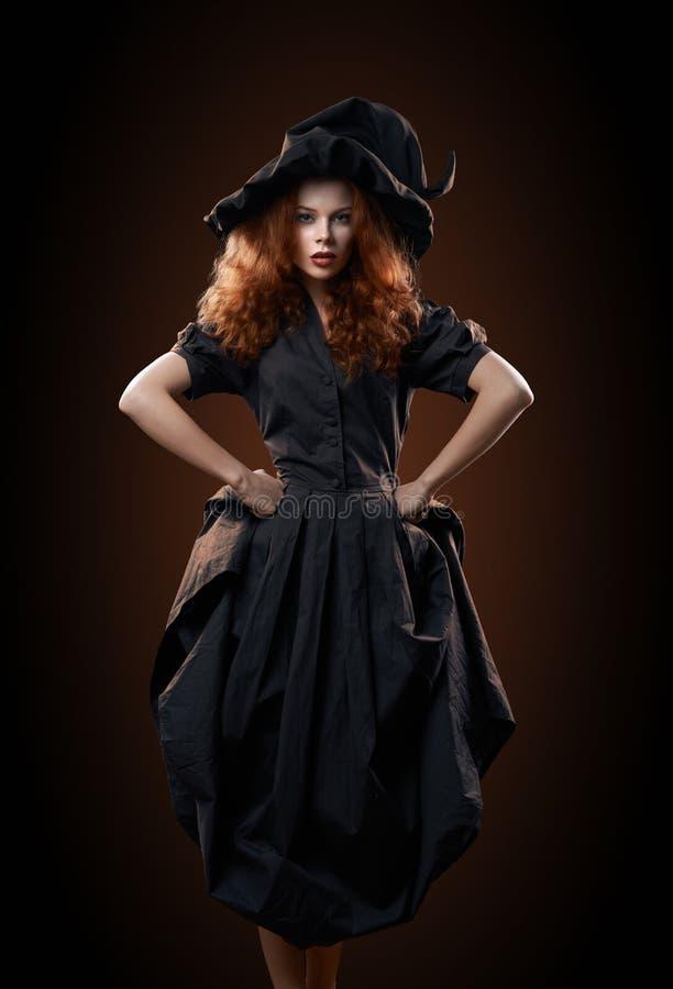 Menina ruivo bonita no traje da bruxa imagem de stock royalty free