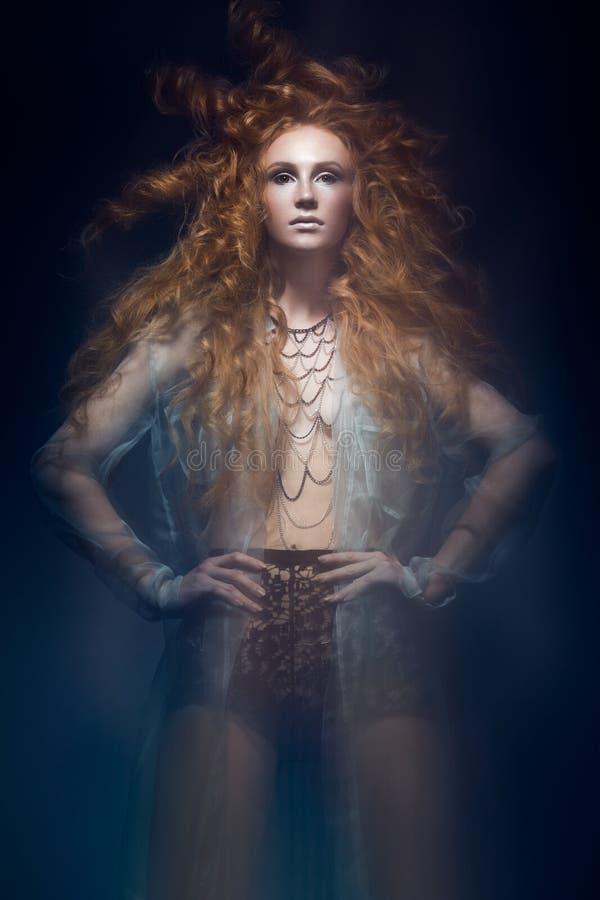 A menina ruivo elegante bonita no vestido transparente, imagem da sereia com penteado criativo ondula Estilo da beleza da forma fotos de stock royalty free