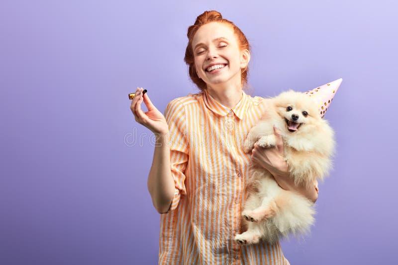Menina ruivo extático feliz que aprecia comemorando o aniversário, espaço da cópia imagens de stock royalty free
