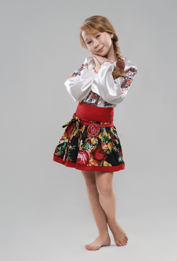 Menina ruivo no traje nacional eslavo fotografia de stock royalty free