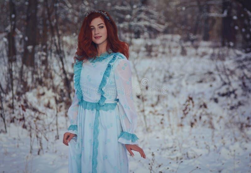 menina ruivo que anda em uma floresta fria do inverno foto de stock royalty free