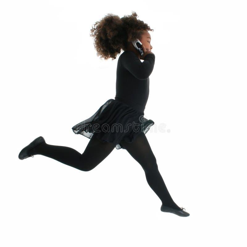 Menina Running com telemóvel fotos de stock