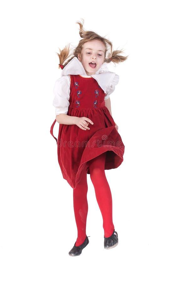 Menina running engraçada com pigtails foto de stock