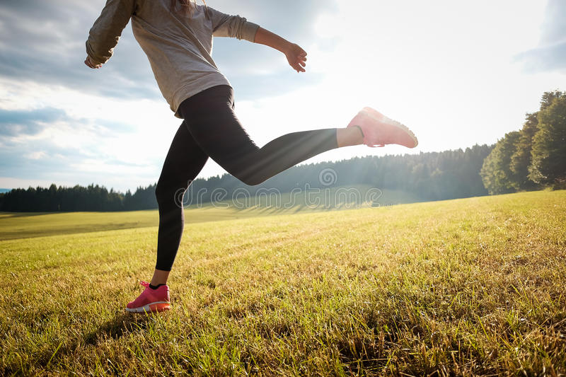 Menina running na natureza imagens de stock royalty free