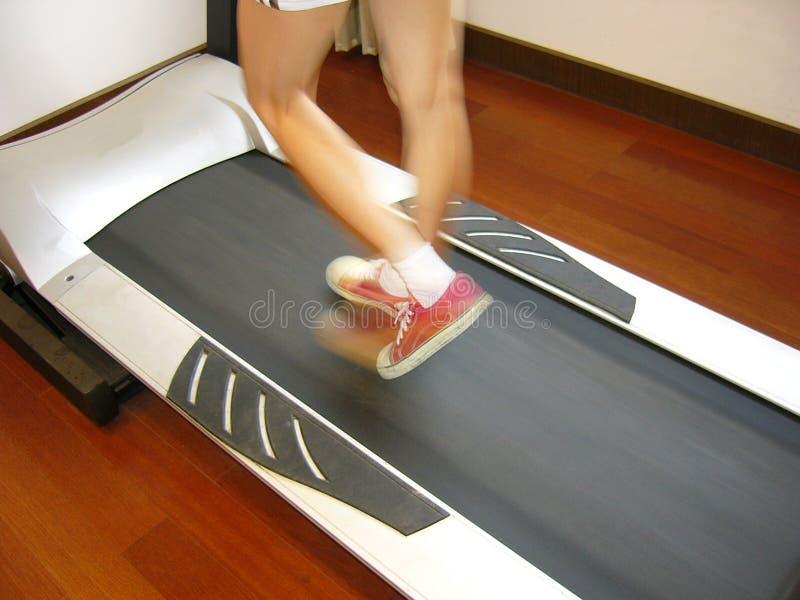 Menina Running no construtor de corpo, diagonal, espaço livre da lanterna elétrica fotos de stock royalty free
