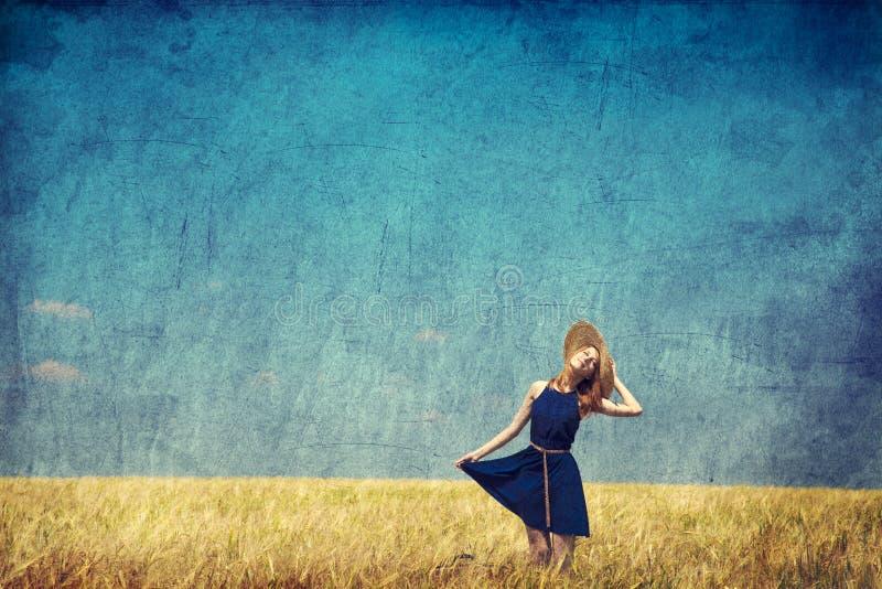 Menina só com a mala de viagem no país. Foto na imagem velha s da cor imagens de stock royalty free