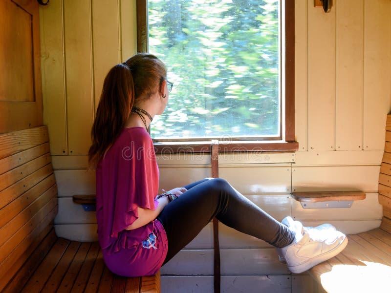 Menina só em um trem velho imagens de stock