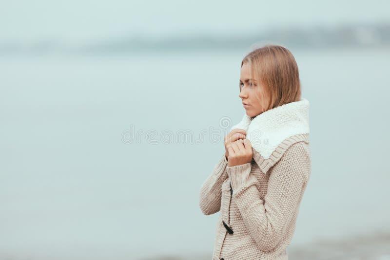 Menina só na praia imagem de stock