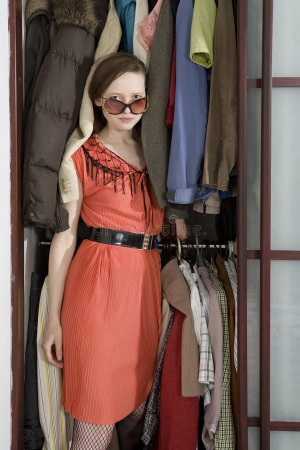 A menina sai do wardrobe. imagem de stock royalty free