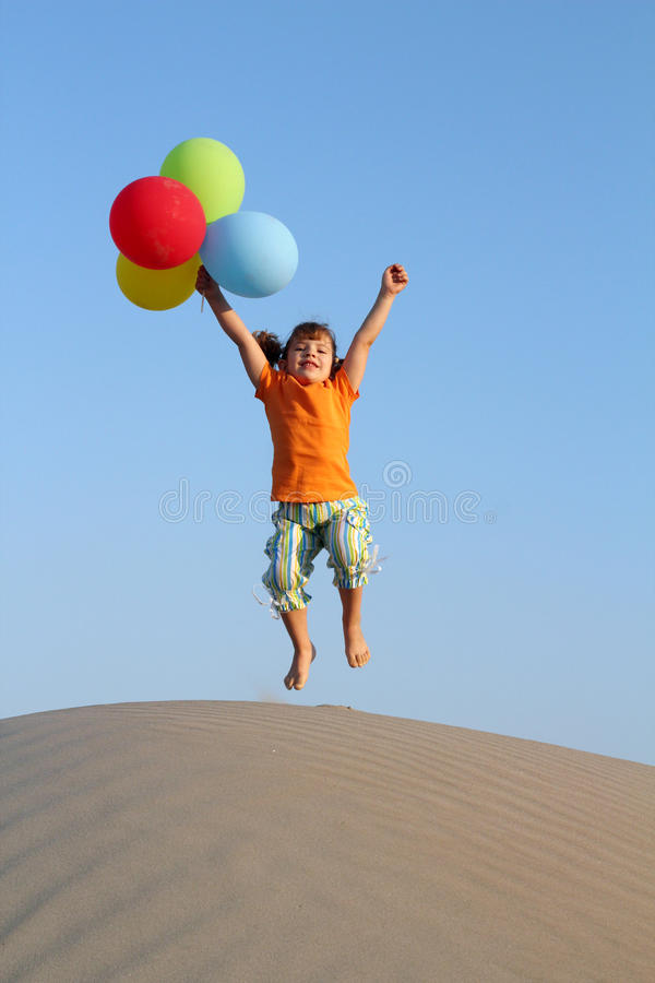 A menina salta na duna de areia imagens de stock royalty free