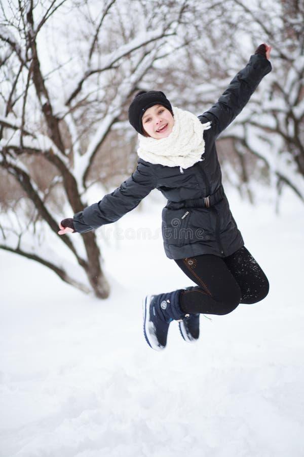 A menina saltou acima dos braços e dos pés imagem de stock royalty free