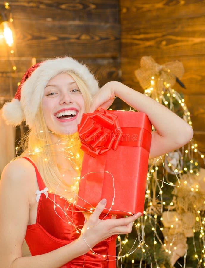 Menina Santa em casa perto da árvore de Natal Paz e alegria do amor pelo ano inteiro Menina erótica para comemorar o ano novo e a imagens de stock