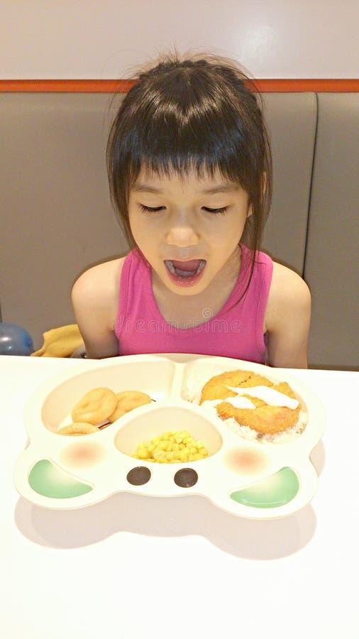 Menina satisfeita com seu alimento fotos de stock