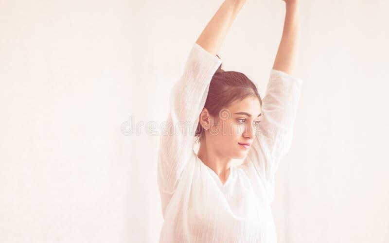 A menina saudável adolescente é esticar pronto para a sessão dos termas da ioga foto de stock