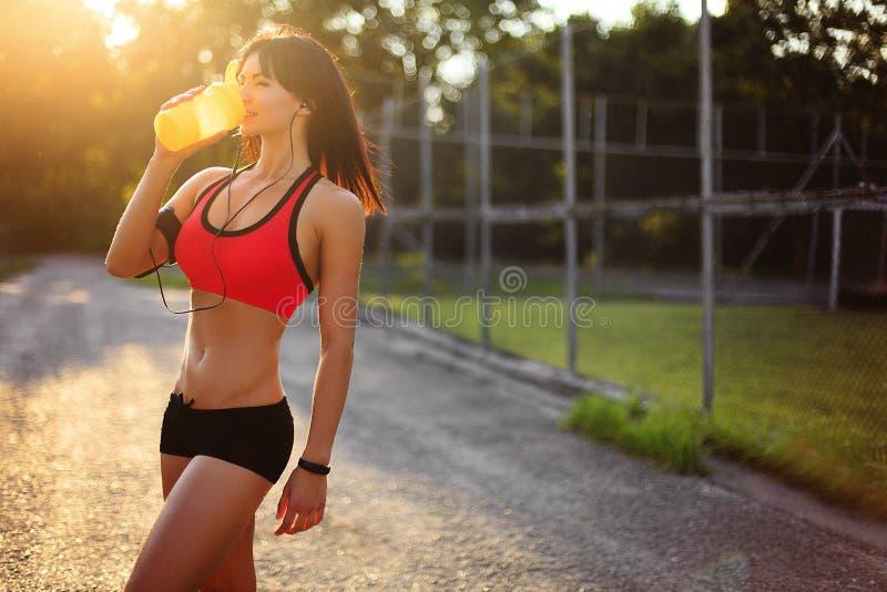 Menina saudável da aptidão com agitação da proteína imagens de stock