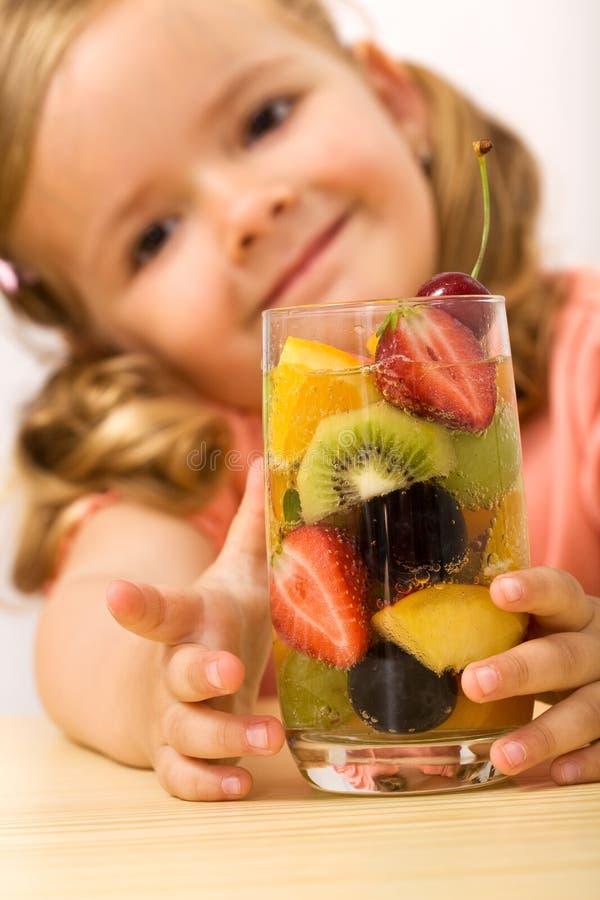 Menina saudável feliz com salada de fruta foto de stock