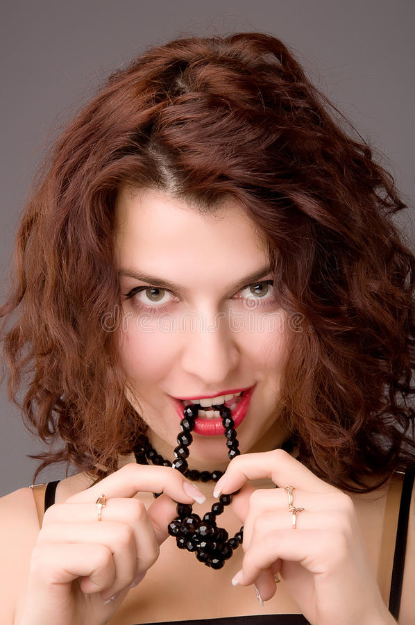 Menina sedutor com colar preta foto de stock