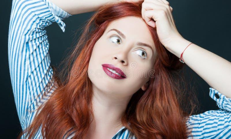 Menina sensual com composição e redhair perfeitos foto de stock
